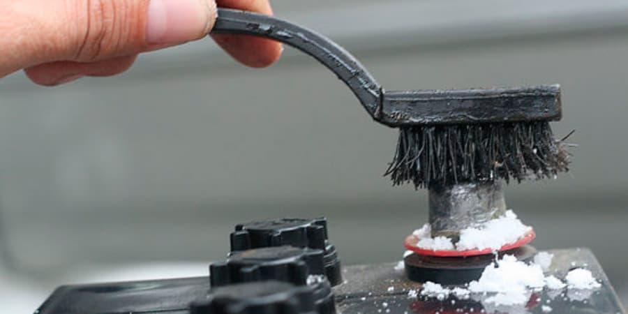 Limpieza de un borne de batería los restos de ácido